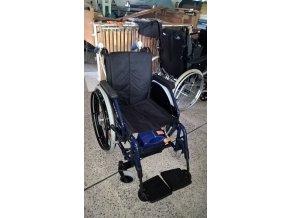 Invalidní vozík s přídatným pohonem pro obsluhu